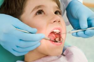 Bambino sulla poltrona del dentista in una visita ortodontica